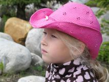 Närbild av framsidan av en tankfull liten flicka i en cowboyhatt fotografering för bildbyråer