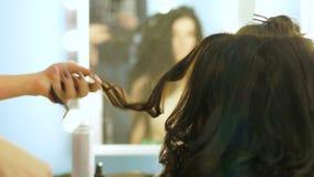 Närbild av frisören som gör härligt bröllop stock video