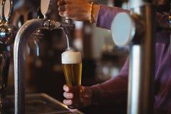 Närbild av fyllnads- öl för stånganbud från stångpumpen Arkivbilder