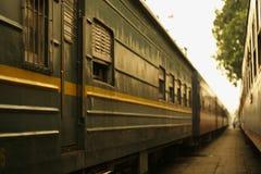 Närbild av gamla järnvägbilar med fönster Arkivbilder