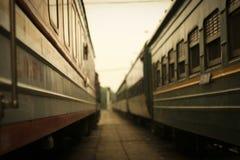 Närbild av gamla järnvägbilar med fönster Arkivbild
