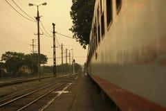 Närbild av gamla järnvägbilar med fönster Royaltyfri Foto