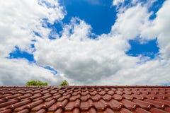 Närbild av glasade bruna taktegelplattor Royaltyfria Foton