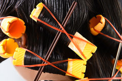Närbild av gula hårrullar i hår Fotografering för Bildbyråer