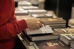 Närbild av händer av den äldre personen med den öppna boken, bokhandel, arkiv Verklig plats Utbildningsbegrepp, Själv-studie Royaltyfria Bilder