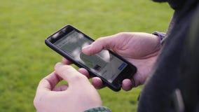 Närbild av händer genom att använda Google Maps i smart telefon lager videofilmer