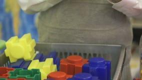Närbild av händer av pojken som spelar med byggnadssatsen lager videofilmer