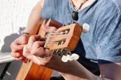 Närbild av händerna för gitarrist` s Royaltyfria Foton