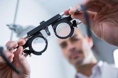 Närbild av hållande messbrille för optometriker royaltyfri bild