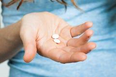 Närbild av hållande preventivpillerar för hand Royaltyfri Bild