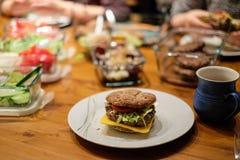 Närbild av hamburgare arkivbilder