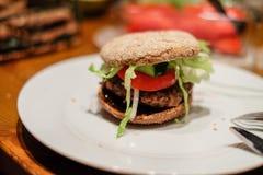 Närbild av hamburgare fotografering för bildbyråer