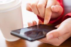 Närbild av handen genom att använda mobiltelefonen Fotografering för Bildbyråer