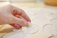 Närbild av handen med deg på bakgrund av tabellen med mjöl Baka bröd Baka av bageriprodukter Arkivbilder