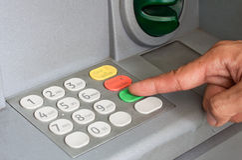 Närbild av handen som skriver in PIN-/passkod på ATM-/bankmaskinkeyp Arkivfoto