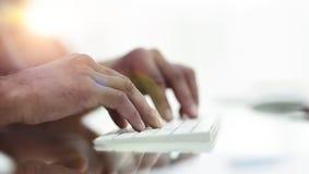 Närbild av handmaskinskrivningtext på datortangentbordet royaltyfria bilder