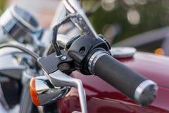 Närbild av handtaget på styrena av en motorcykel arkivbilder