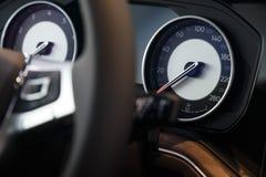 Närbild av hastighetsmätaren på instrumentbrädan av en modern dyr bil fotografering för bildbyråer