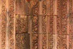 Närbild av historiska sned väggar av den Cambodja monumentet royaltyfri bild