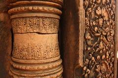 Närbild av historiskt snida i den Cambodja monumentet royaltyfri fotografi