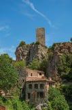 Närbild av hus som vänder mot trädgården och klippan i Châteaudouble Arkivbilder