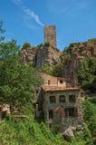 Närbild av hus som vänder mot trädgården och klippan i Châteaudouble Arkivfoto