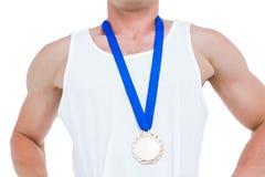 Närbild av idrottsman nen med den olympic medaljen Arkivbilder