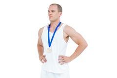 Närbild av idrottsman nen med den olympic medaljen Arkivfoton