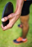 Närbild av idrottsman nen som rymmer en diskus Fotografering för Bildbyråer