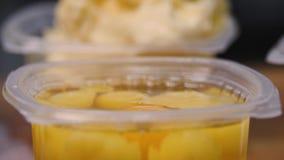 Närbild av ingredienser i koppar för framställning av söta bakelser Materiell?ngd i fot r?knat Rå ingredienser står separat i pla lager videofilmer