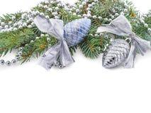 Närbild av julleksaker på filialer av päls-trädet som spolas tillbaka med pärlor som isoleras på vit bakgrund royaltyfri foto