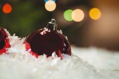 Närbild av julstruntsaker på snö Royaltyfri Fotografi