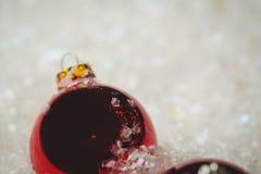 Närbild av julstruntsaker på snö Royaltyfri Foto