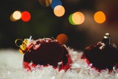 Närbild av julstruntsaker på snö Arkivfoto