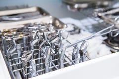 Närbild av kammaren för steril lagring av medicinska och kirurgiska hjälpmedel i kontoret för tandläkare` s kirurgi dentistry Sel Royaltyfria Foton