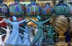 Närbild av keramiska statyetter av att virvla dervischer på en Turki Arkivfoto