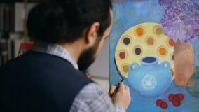 Närbild av kompetent den konstnärmanundervisning och visningen grunderna av målning i konststudio Royaltyfria Bilder