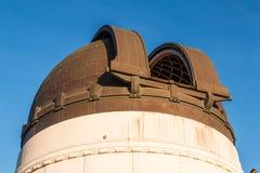 Närbild av kopparkupolen för teleskop på Griffith Observatory Arkivfoto