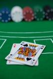 Närbild av kort och chiper på blackjacktabellen royaltyfri fotografi