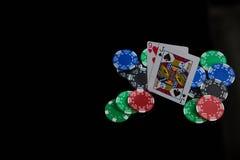 Närbild av kort och chiper under pokerleken Arkivfoto