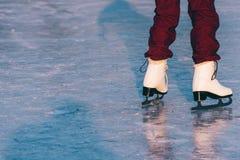 Närbild av kvinnan som åker skridskor på is arkivbild