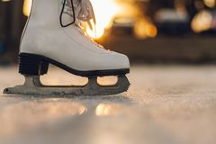 Närbild av kvinnan som åker skridskor på is Närbild av skridskor och is Si royaltyfri foto