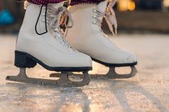 Närbild av kvinnan som åker skridskor på is Närbild av skridskor och is Si arkivfoton