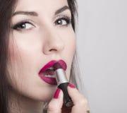 Närbild av kvinnan som applicerar läppstift Arkivfoto