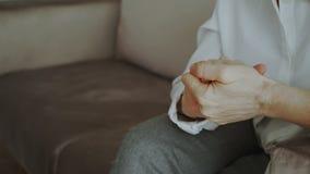 Närbild av kvinnan som flyttar och gör en gest nervöst händer, innan meetting av psykologsammanträde på soffan i regeringsställni arkivfilmer