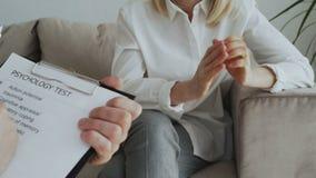 Närbild av kvinnan som gör en gest och flyttar nervöst händer medan övergående psykologiskt prov under besök till mannen stock video