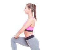 Närbild av kvinnan som gör utfall med ett ben Royaltyfri Foto