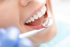 Närbild av kvinnan som har hennes tänder att undersökas royaltyfri bild