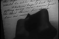 Närbild av kvinnan som skrivar ett brev i skrift stock video