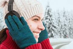 Närbild av kvinnan som trycker på hörlurar fotografering för bildbyråer